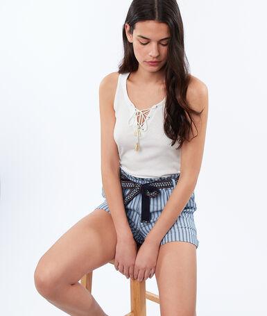 Pantalón corto estampado de rayas azul.