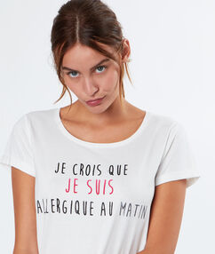 Camiseta manga corta con mensaje blanco.