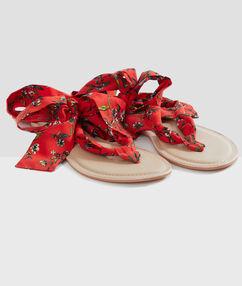 Sandalias con tiras de tela estampadas rojo.