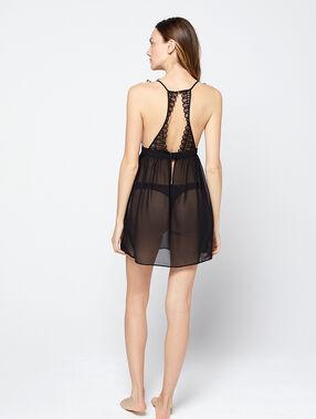 Camisón transparente con motivos de encaje negro.