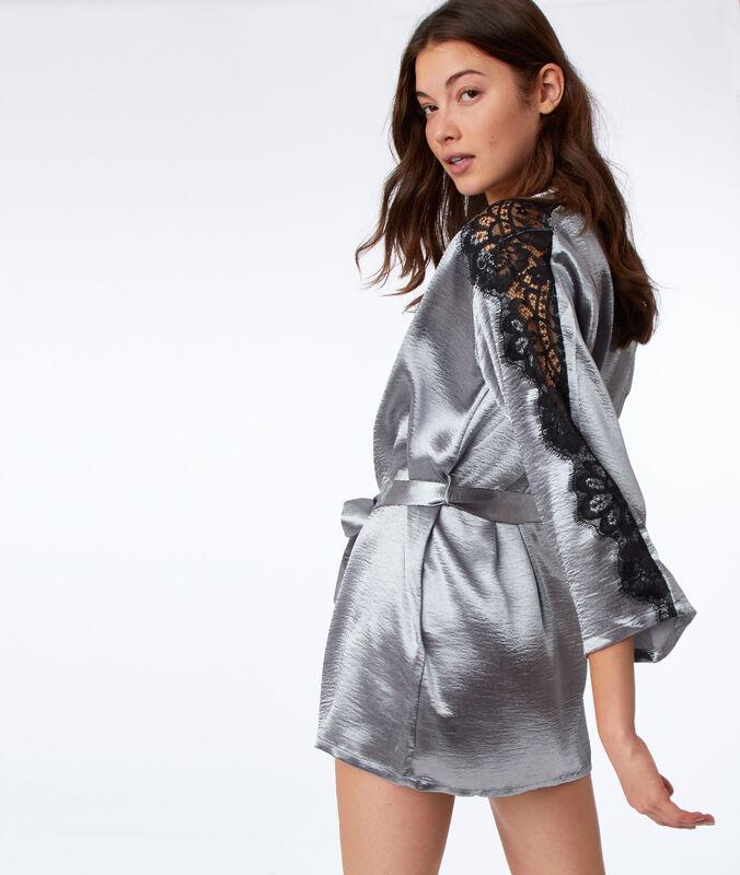 Bata tipo kimono de satén y encaje plata.