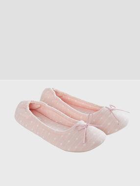 Zapatillas tipo bailarinas rosa.