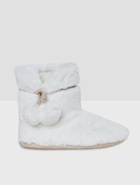 Zapatillas tipo botines con pompones crudo.