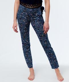 Pantalón estampado floral azul.