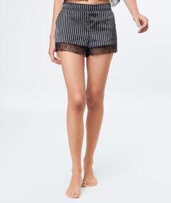 Pantalón corto estampado a rayas negro.