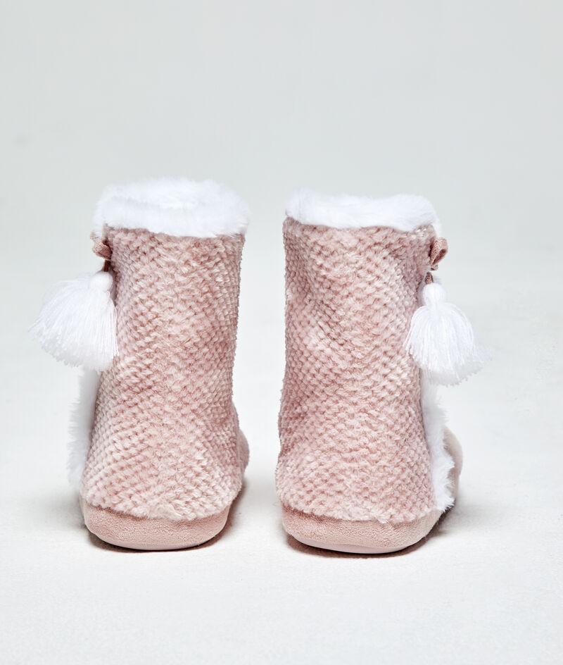 Zapatillas tipo botines, pompones decorativos;${refinementColor}