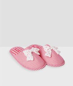 Zapatillas destalonadas rayas y lazos rosa.