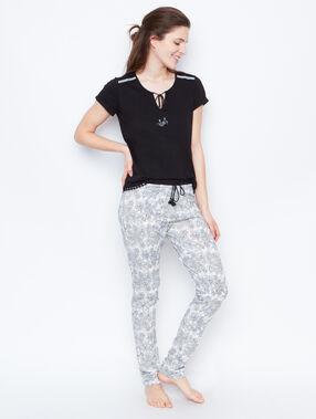 Camiseta con bordados y pompones negro.
