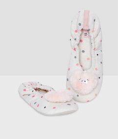 Zapatillas forradas estampado a topos rosa.