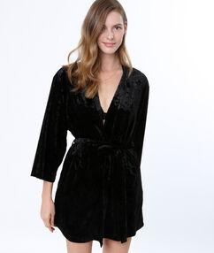 Bata tipo kimono de terciopelo negro.