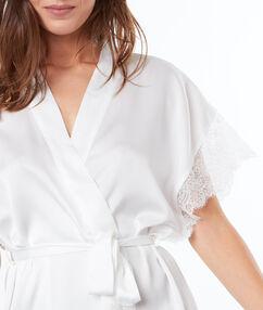 Bata tipo kimono satén y encaje blanco.