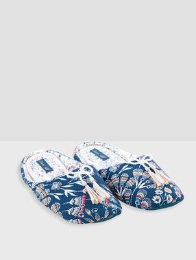 Zapatillas estampadas con pompones azul.