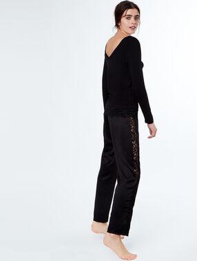 Pantalón de satén y encaje negro.