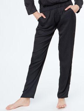 Pantalón de satén negro.