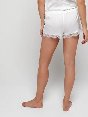Pantalón corto de satén y encaje crudo.