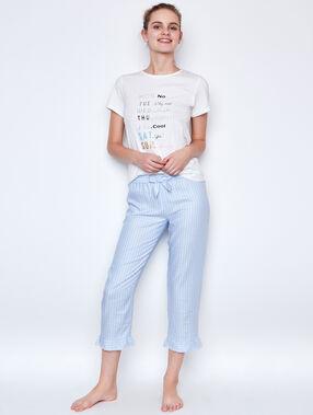 Camiseta manga corta con texto escrito blanco.