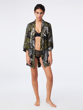 Bata tipo kimono estampado tropical negro.