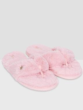 Zapatillas peludas tipo chancla rosa.