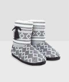Zapatillas tipo botines con forro crudo.