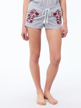 Pantalón corto bordados florales azul.