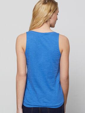 Camiseta escotada cuello tunecino azul.