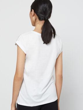 Camiseta estampado con bordado 100% algodón crudo.
