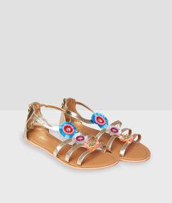 Sandales plates avec ornements doré.