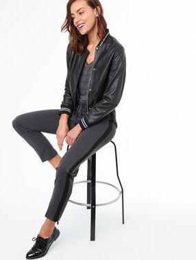 Veste en cuir noir.