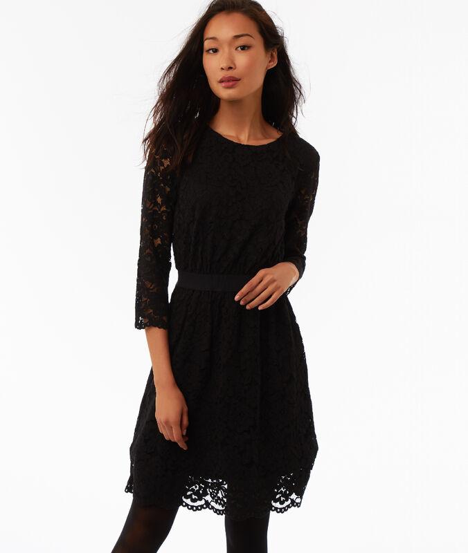 Vestido ceñido con motivos de encaje negro.