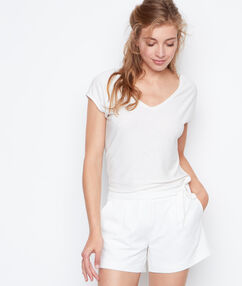 Pantalón corto con cinturón blanco.
