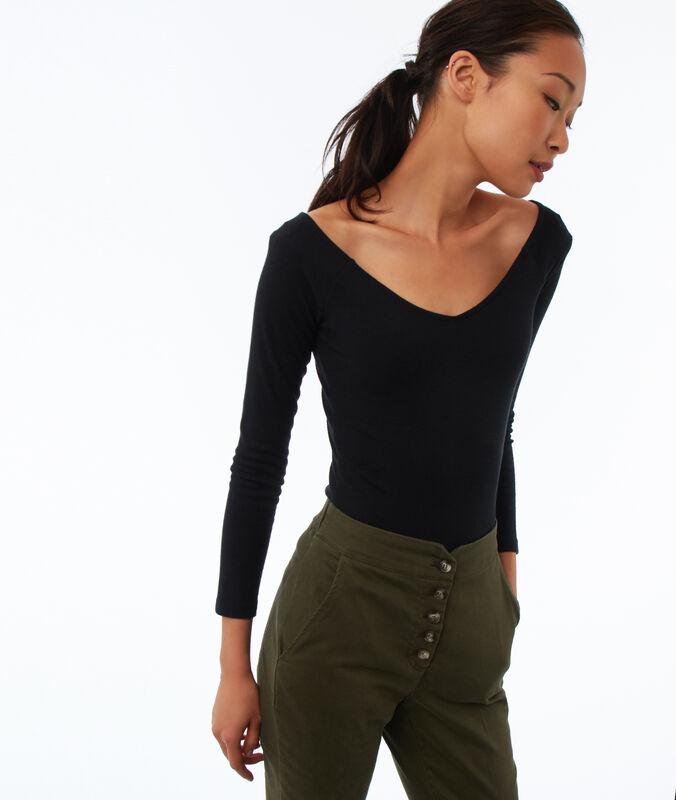Camiseta manga larga escote en v negro.