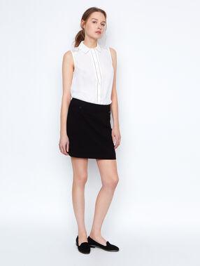 Falda recta con botones negro.