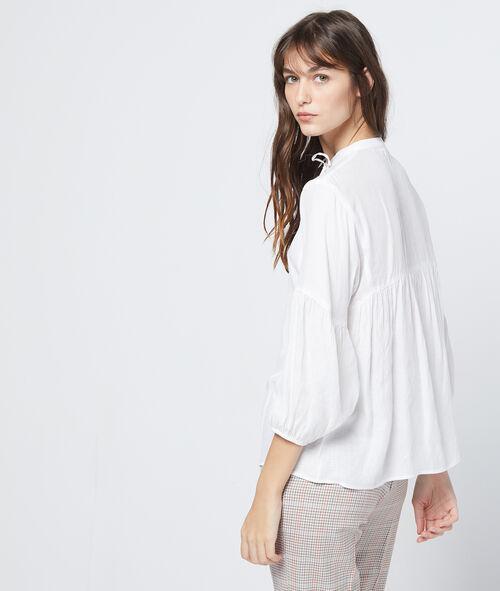 Blusa anudada al cuello con mangas abombadas