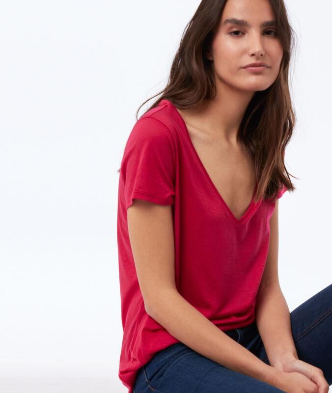 Camiseta lisa escote en v fucsia.
