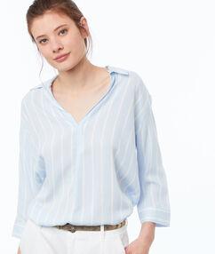 Blusa estampado de rayas azul claro.