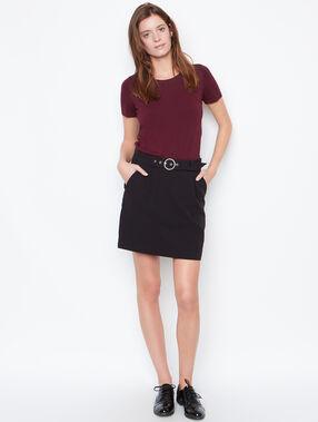 Falda con cinturón negro.