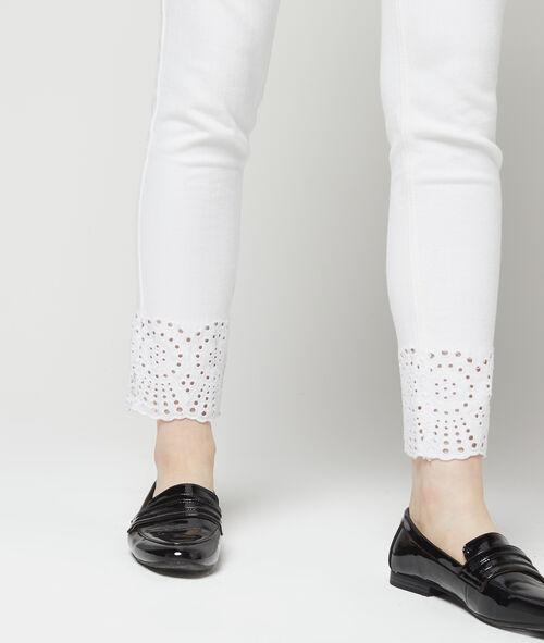 Vaquero ajustado detalles de encaje en los tobillos