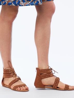 Sandalias planas con ornamentos dorados marrón.