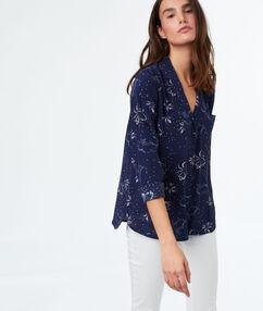 Camisa motives florales azul marino.