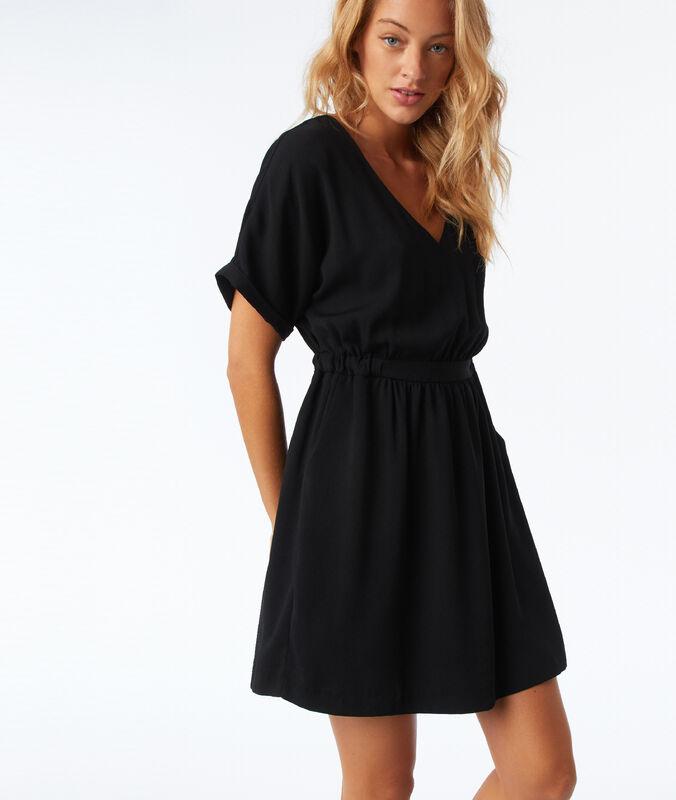 Vestido ajustado en la cintura negro.