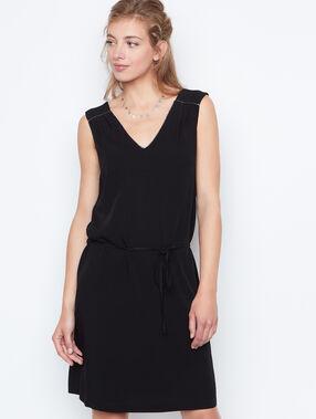 Vestido sin mangas entallado negro.