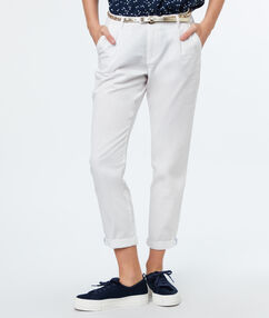 Pantalon carotte ceinturé en coton écru.