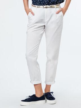 Pantalón carrot algodón con cinturón crudo.