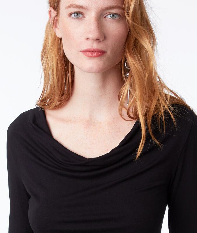 Camiseta manga larga cuello abierto negro.