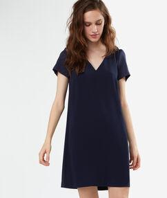 Vestido tipo cóctel azul marino.