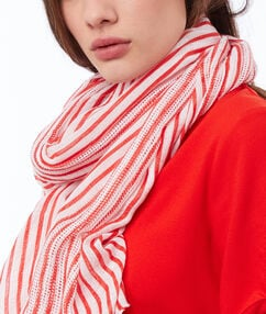 Foulard à rayures rouge.