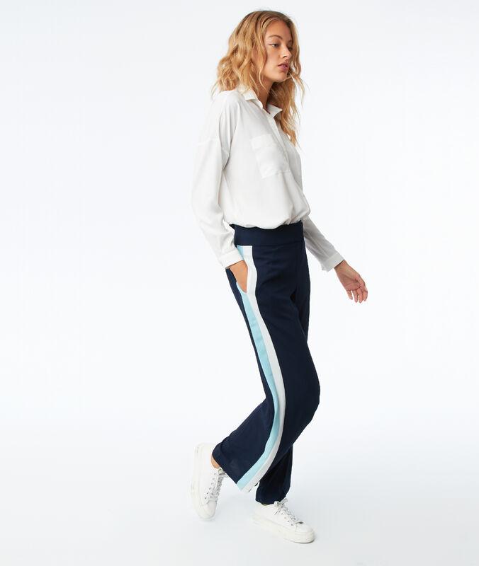 Pantalón largo con franja lateral azul marino.