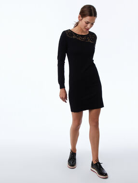 Vestido con motivos de encaje negro.