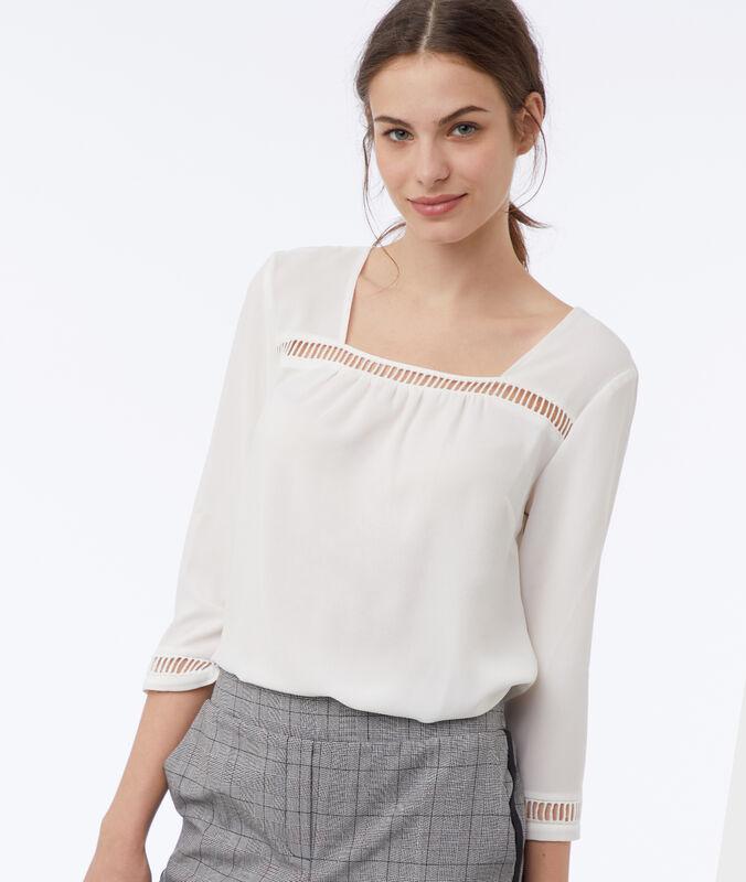 Blusa con detalles bordados crudo.