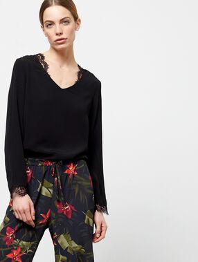 Blusa con cuello v de guipur negro.